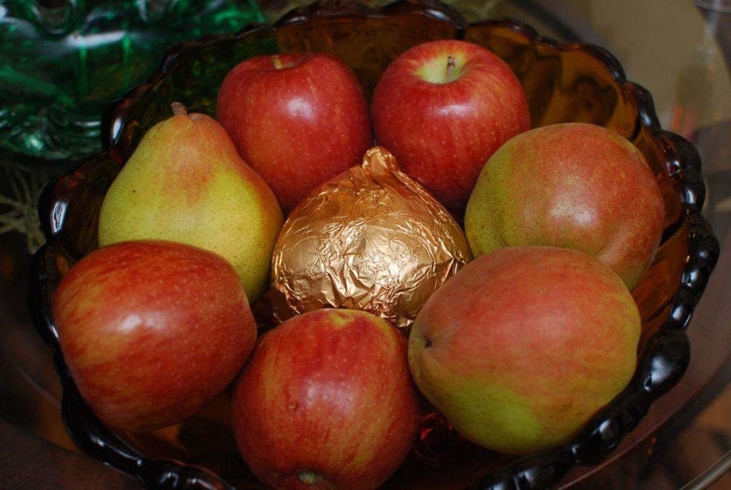 Enjoying Harry & David Royal Riviera Pears and Honeycrisp Apples